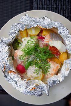 Fisk och sommargrönt med en krämig vittvin- och citronsås i foliepaket.C02791