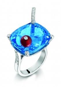 BAGUE LIMELIGHT, INSPIRATION BLUE OCEAN Bague en or blanc 18 carats sertie de 122 diamants taille brillant (env. 0.9 ct), une topaze bleue taille coussin (env. 37.5 ct), d'une cornaline taille ronde (env. 1.43 ct) Ref. G34LP500