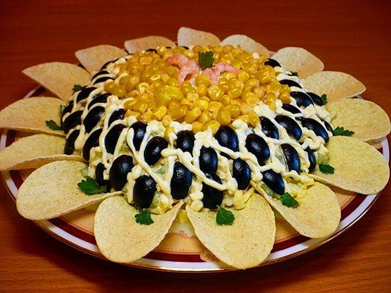 Примеры украшения салатов на Новый Год, на День Рождения, юбилей, свадьбу. Как украсить салаты на любое торжество. Красивые салаты с описанием и фото от сайта 8 Ложек.