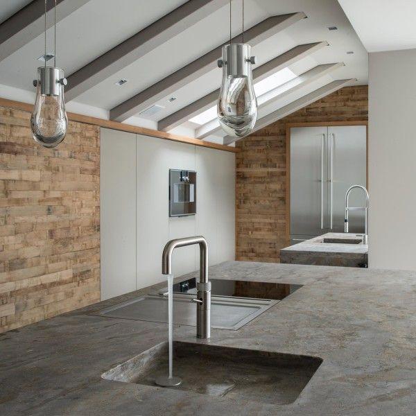 Offene Küche direkt unter dem Dach mit Wandelementen aus Barrique Holz