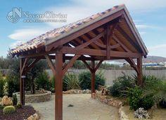 Pérgola a a 2 aguas construida en madera tratada con cubierta a 2 aguas con teja rústica. navarrolivier.com
