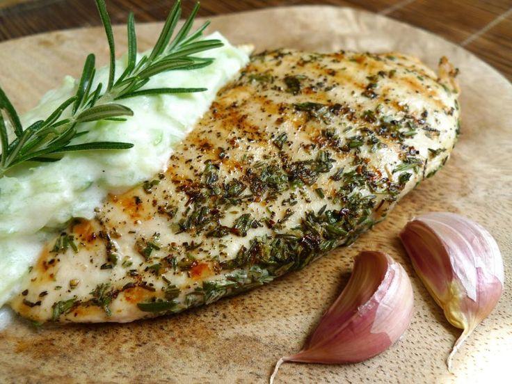 Eet op een zonnige dag gegrilde kip met tzatziki en je waant je op vakantie in Griekenland. Een mager en zeer smaakvol gerecht!    http://degezondekok.nl