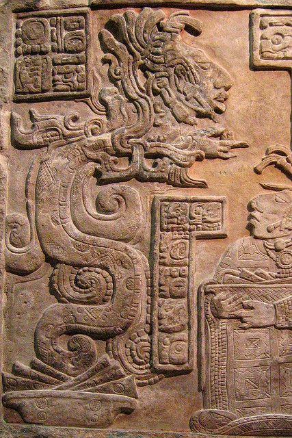 Estela maya que representa a una mujer ofreciendo un sacrificio de sangre mezclada con copal. Después de encenderla, una entidad mitad humana mitad serpiente sale del humo para contestar sus preguntas.