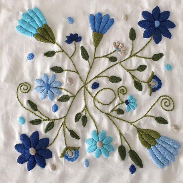 Celestes y azules!!! Es un almohadón que compre en Coto blanco, es una gabardina un poco dura, pero no coser es un placer para mí, solo le falta el relleno!! #marianabordados #amobordar #bordardapaz #bordadoamano #bordado #embroidery #hechoamano #handmade #azules #celestes #blue #lightblue #flores #flowers