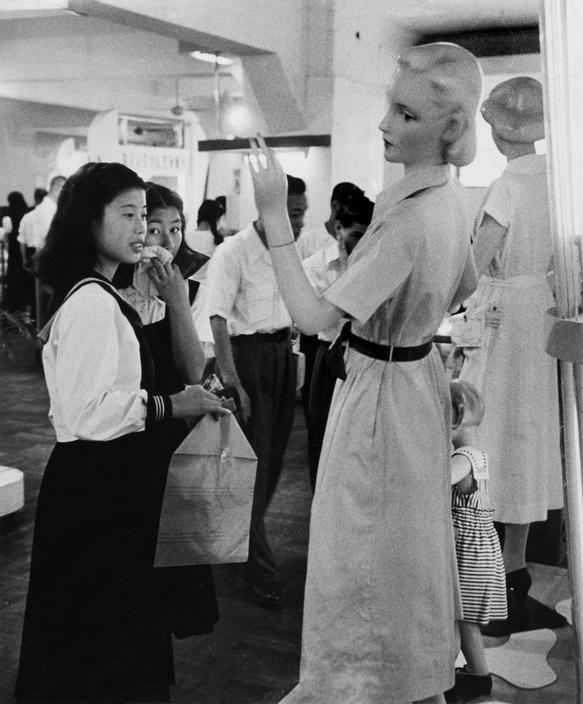 Werner Bischof (1916-1954) Department store, Tokyo, Japan - 1951 Source : Magnum photos
