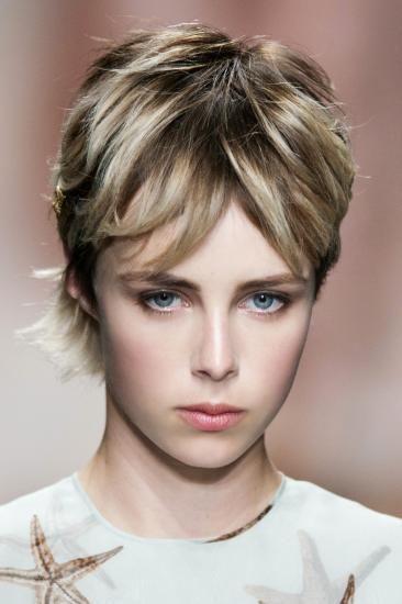 Krótkie, wycieniowane włosy na wiosnę 2015, Valentino