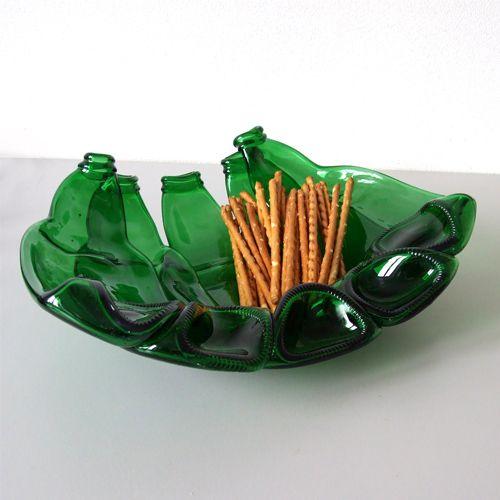 Naczynie obrazuje sposób ponownego wykorzystania surowca jakim jest szkło. Patera powstała z 5 zielonych butelek, ponownie stopionych w temperaturze ok. 800 stopni C