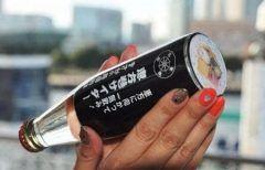 今日は節分だけど節分といえば恵方巻きってイメージがありますよね その恵方巻きですが神奈川県内のコンビニやスーパーでは恵方巻サイダーなるものが販売されていて話題になってます サイダーの瓶底には恵方巻きの断面を写した写真が貼られていてノリのように黒い瓶はまるで恵方巻きそのもの お味の方はといえばまさかの巻き寿司味(@_@) 気になる人はぜひお試しを tags[神奈川県]