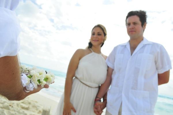 Una de las bodas mas requeridas en Cancún y en la Riviera Maya es la Ceremonia de la arena. Este enlance es una de las diferentes Bodas Simbólicas que pueden llevarse a cabo en el estado de Quintana Roo.