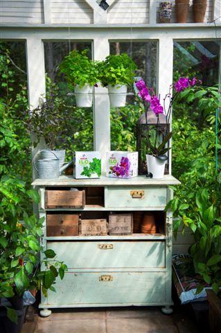 Biolan Ilo growing set: Hanging rack with two Sub-irrigation pots and herbs. http://www.biolan.fi/suomi/puutarhaharrastajat/huonekasvituotteet/ilo-kasvatussarja
