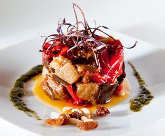Caponata - Ricetta ripresa e reinterpretata dal popolo che, non potendosi permette il costo del pesce, lo sostituì con ortaggi: ecco la caponata siciliana #cibodistrada