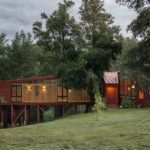 Лесной дом на склоне у озера в Чили
