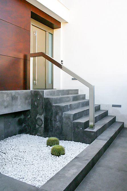 Chiralt Arquitectos I Escalera de entrada a vivienda moderna.
