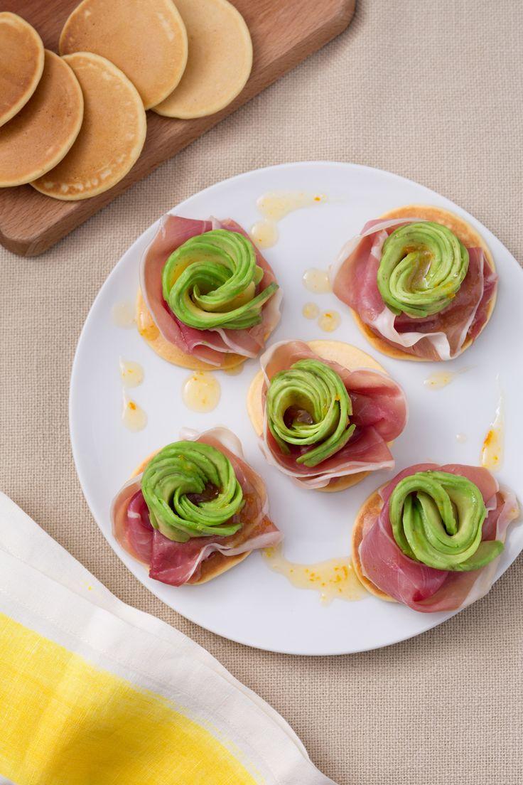 Antipasto crudo e avocado: elegante e raffinato. Perfetto per iniziare la tua cena tra amici.  Avocado and ham appetizer