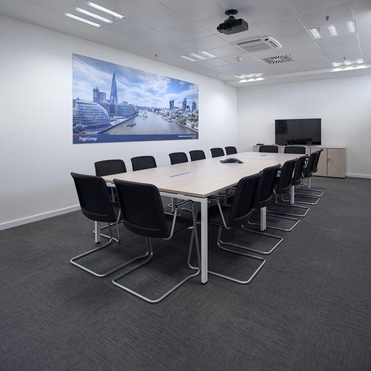 Reforma de oficina en Barcelona - Michael Page. Insonorización de salas de reuniones y despachos:  Para conseguir un grado de aislamiento acústico con el que dar privacidad a las conversaciones en el interior de las salas y despachos se utilizó un grueso de mampara de 16 cm, en madera lacada en blanco y con cristal silence 6+6, lo que permite un aislamiento de 40 dB. La combinación de esta mampara con tabiques de pladur permitió llegar a un aislamiento de 66 dB.
