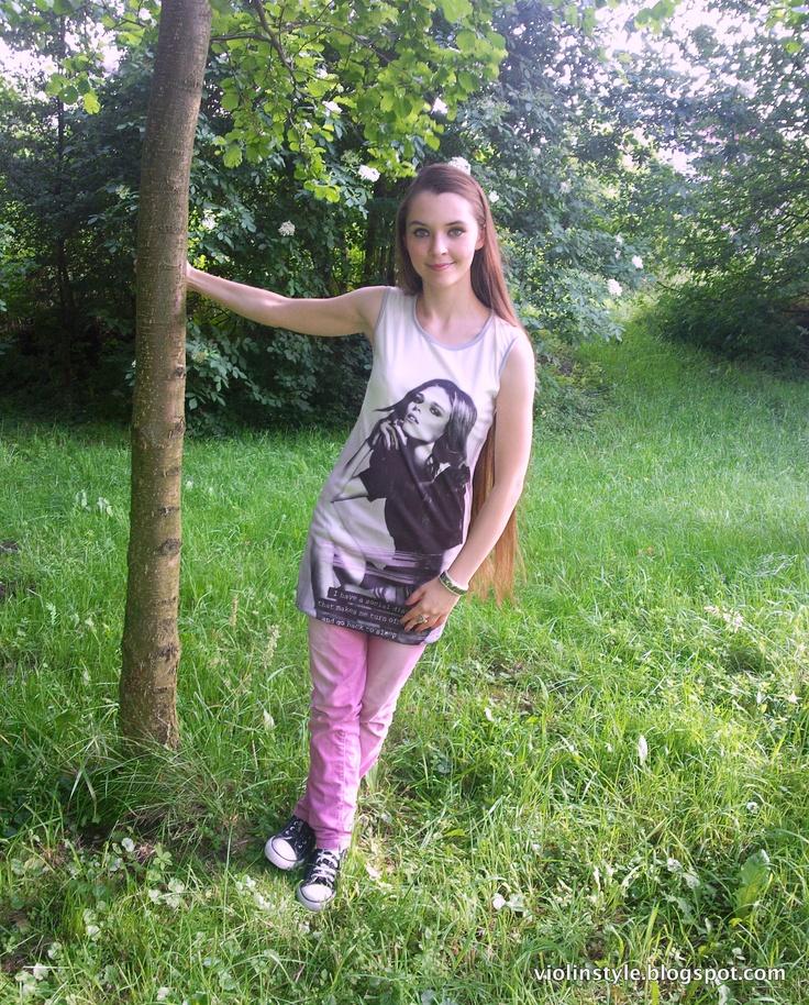 Romw fingernail ring, Model tunic, pastel pink jeans, black Converse sneakers, studded bracelet Pull
