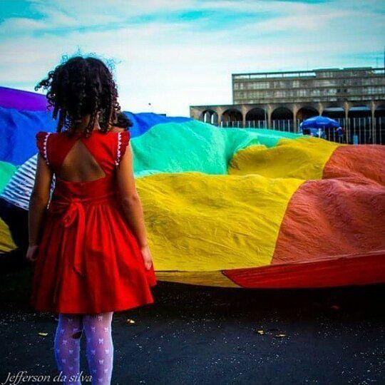 Relembrando  Movimento LGBT Brasilia 2015  QUE ELA ENTENDA A LUTA DE HOJE PARA QUE AMANHA ELA NAO PRECISE LUTARSEJA QUAL FOR SUA ESCOLHA.  reminding gay parade in 2015 in brazil  #jeffefotografia #fotoderua #lgbt #paradagaybrasilia #color #colorido #fotografoderua #streetphoto #streetphotography #brasil #brazil #instagrambrasil #orgulhogay #fotografia by jeffedasilva