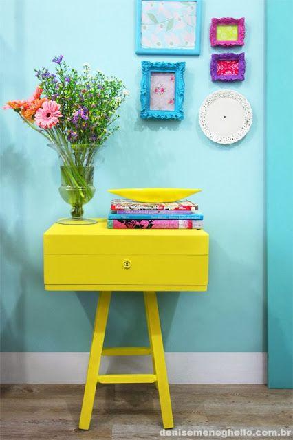Mesa feita com uma caixa de faqueiro antiga e um banquinho