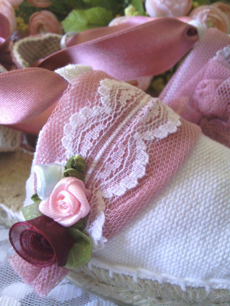 Rosa empolvado y blanco.