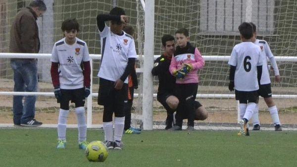 El árbitro llamado David Téllez ayudo a un pequeño portero a construir la barrera para un tiro libre (@kisanghani)