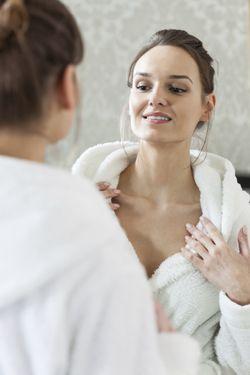 Manchas escuras na axila e pescoço: fique de olho  O sintoma indica uma resistência do organismo à ação da insulina. Por isso, ao observar o escurecimento das dobras da axila junto com o escurecimento da parte posterior do pescoço, procure um médico imediatamente.  Realize o autoexame uma vez por mês, ao sair do banho.