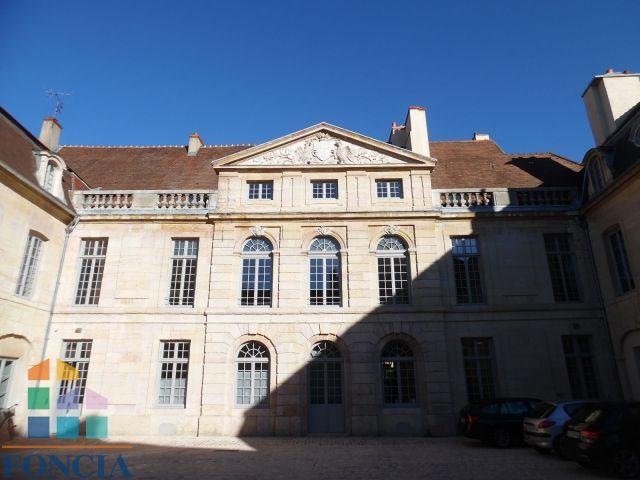 Appartement 1 pièce (20.45 m2) à louer - Dijon (21000) : dans un très bel hôtel particulier, nous vous proposons un t1 entièrement rénové: une entrée, une pièce à vivre avec une cuisine ouverte, une salle de...