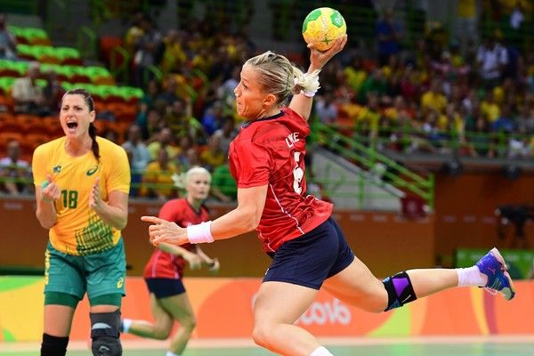 Norway's right wing Amanda Kurtovic shoots during the women's preliminaries Group A handball match Norway vs Brazil for the Rio 2016 Olympics Games at the Future Arena in Rio on August 6, 2016. / AFP / afp / FRANCK FIFE