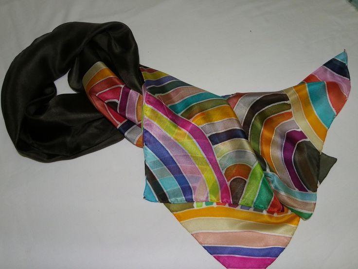 Linda echarpe de seda pongé 5, pintada à mão, com fundo marrom e barrados com listras coloridas, Ideal para compor um visual arrojado e contemporâneo. Pode ser usada de várias formas.