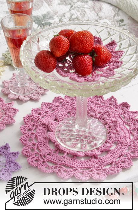 "Crochet DROPS placemats in ""Muskat"". Free pattern by DROPS Design."