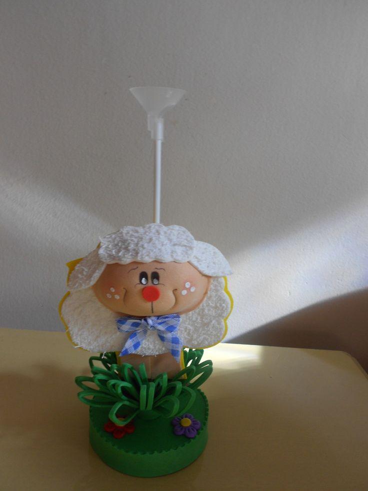 Centro de mesa fazendinha com pega balão confeccionado em eva perfeito para decoração das mesas dos seus convidados, fazemos em outros temas  Favor consultar prazo antes de finalizar o pedido.      Base:9x9      Vaca:20x12  Burrinho:18x9