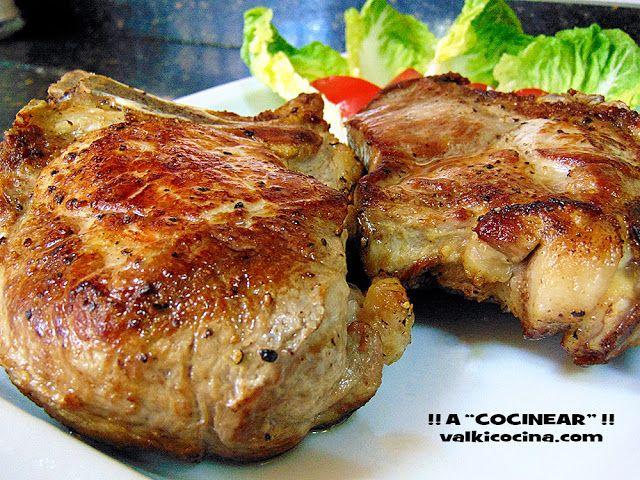 """Chuletón de cerdo asado al horno Ingredientes ( 2, .. ó 4 personas de las """"prudentes"""" ):    2 trozos de chuletero de cerdo de unos 500 grs. Se trata de que te corten las chuletas de dos en dos, ( 5-6 centímetros de grosor y mejor si es de la parte alta ). Unas tres o cuatro cucharadas de aceite de oliva virgen Sal y pimienta negra molida Romero fresco 1 vaso de agua"""