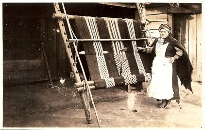 Mapuche loom, on the page are also pictures of belts, clothing and other tools