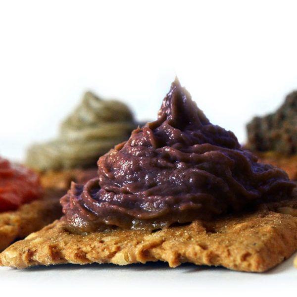 La Crema di Melanzane è composta da una base di Melanzane con l'aggiunta di aromi naturali. Una specialità gastronomica ideale da gustare come stuzzichino.