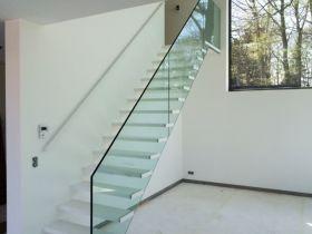 Open trap met stalen leuning en glazen balustrade