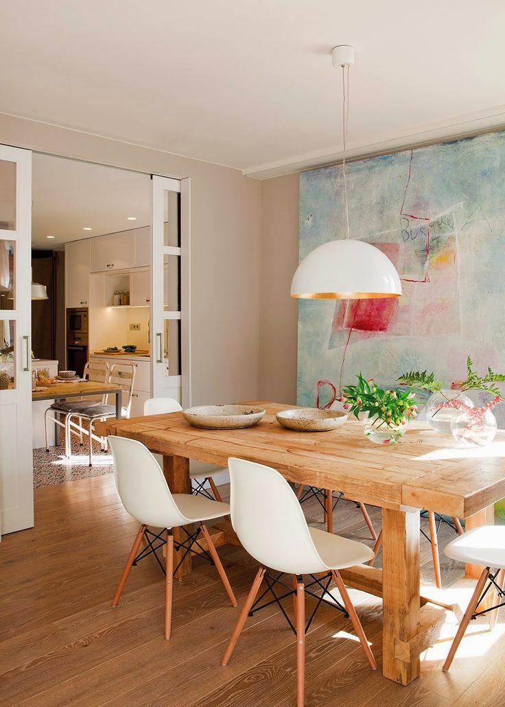 Eßzimmer mit Eames-Stühlen und massivem Tisch. Und ich liebe dieses riesige Bild im Hintergrund