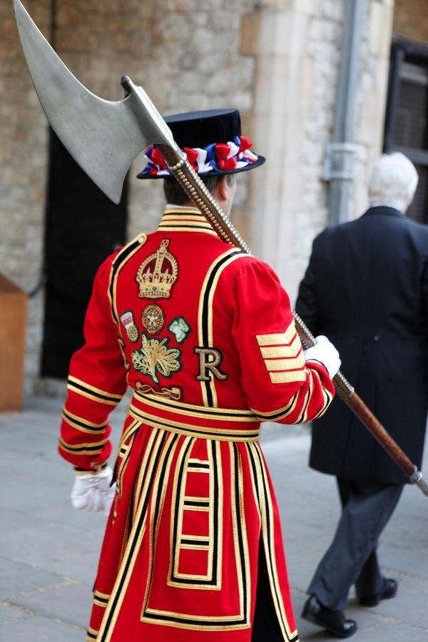 Beefeater, Tower of London - nooossa, que arma mais... medieval... será q ele me deixaria tirar uma foto com ela? :D duvido hehehe