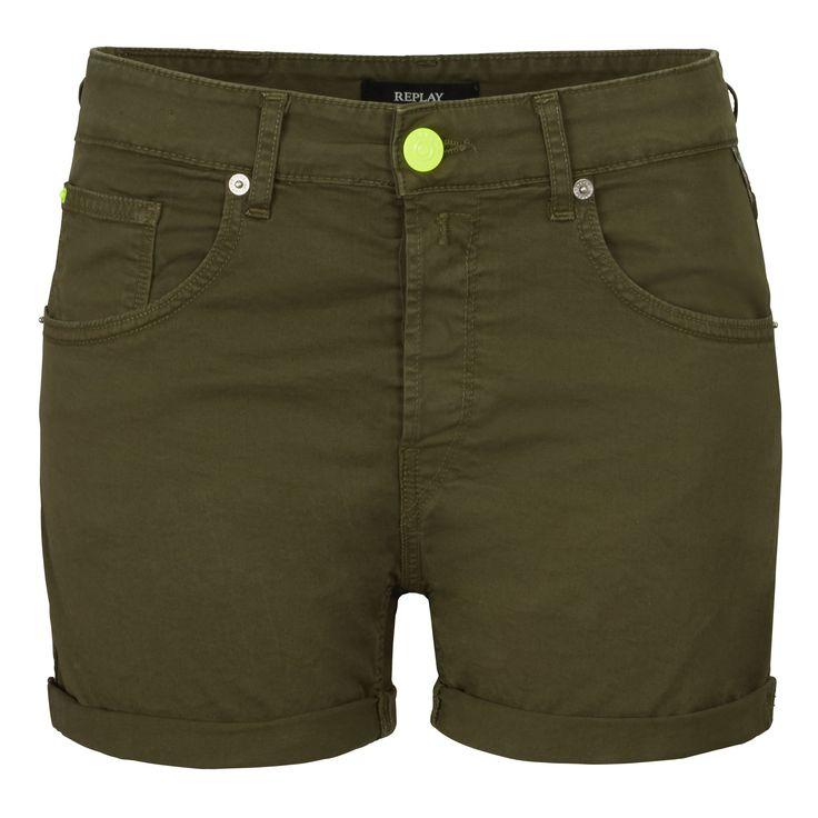 Neongelbe Details verleihen den Shorts im Army-Style eine coolen Twist.