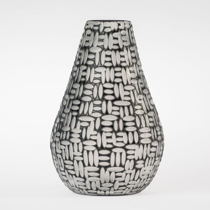 Koleksiyon Adı: Infini  Ürün Tipi: Vazo  Ürün Kodu: 01012.15  Ürün Rengi: Siyah  Ölçü: h/30 m çap/18 cm  Özellikleri: Serbest üfleme cam üzerine kesme tekniği uygulanmıştır.