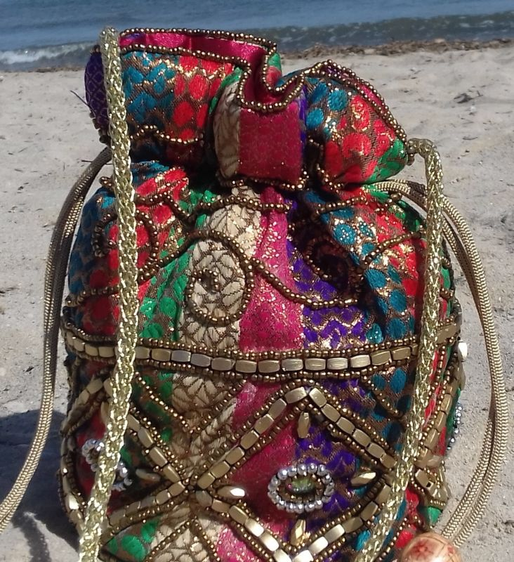 Met kralen versierd, Gewatteerd tasje met glittersteentjes 19 cm hoog multicolor : ROOD, PAARS, GROEN, GOUD, TURQUOISE - Ibiza Purse4 -  Beaded purse 19 cm high multicolor with glitterstones : RED, PURPLE , GREEN, TURQUOISE, GOLD