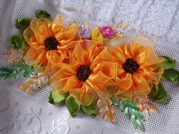 Toalha de rosto, de boa marca no mercado, bordada com fitas de voal. As flores são pregadas a mão, portanto bem duráveis e laváveis.