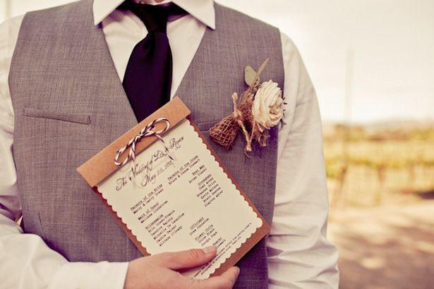 Marié avec livret de cérémonie © Jason & Anna Photography