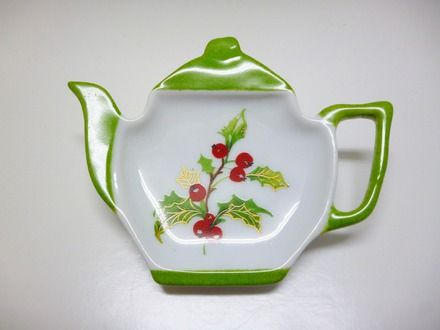 Pour un petit cadeau de Noël à mettre dans l'assiette je vous propose un petit repose sachet thé en forme de petite théière en porcelaine. Sur le motif du houx Pour accompag - 16625673