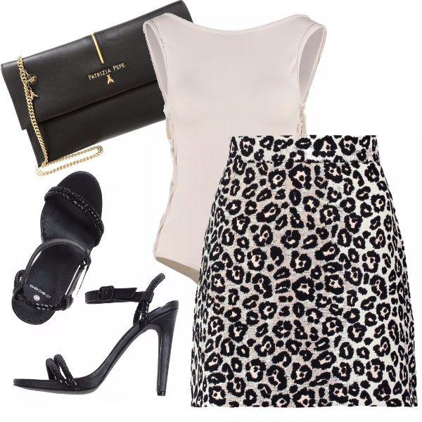 Look molto sexy per le tue uscite serali con gli amici o con il proprio ragazzo; l'outfit è composto da top rosa chiaro con aperture laterali e schiena scoperta abbinato ad una minigonna in animalier, sandalo alto e pochette nera.