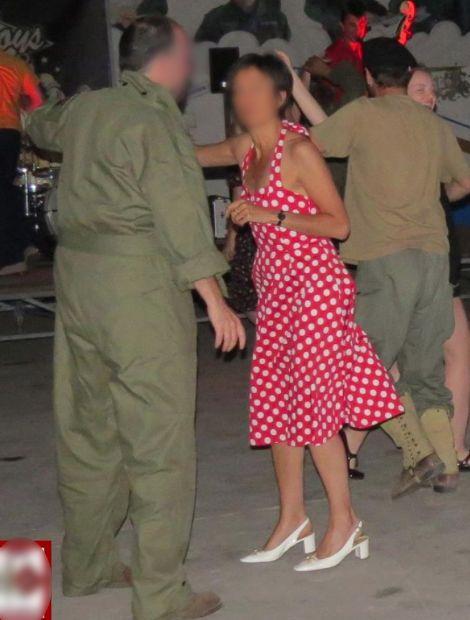 Faux : la robe, mauvais motif et mauvaise coupe. Les chaussures sont dans le style années 60 !