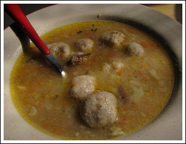 Vše smíchat, zahustit krupičkou, aby se daly dělat kuličky a dát lehce povařit do polévky.