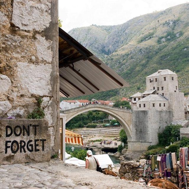 """""""Don't forget"""": un invito a non dimenticare gli orrori della guerra, che devastò la città #Mostar, #BosniaErzegovina"""