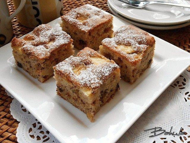Vejce vymícháme s cukry, přidáme skořici, olej, sodu, na malé kostečky nakrájená jablka, nasekané ořechy a na kousky posekanou čokoládu. Vše...