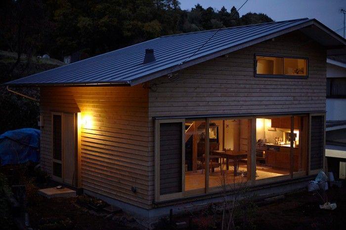 夜になると浮き上がる家の景観もまたいい。ヘビ、タヌキ、ハクビシンも見かけるという、まさに森の中の一軒家だ。