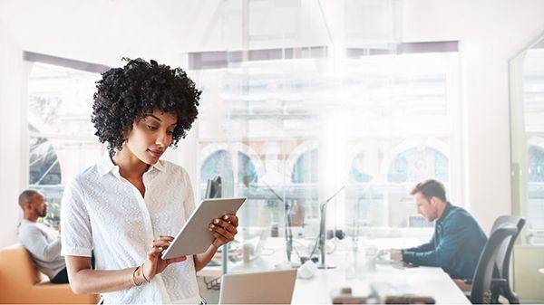 Saha süreçlerini ve teknisyen üretkenliğini iyileştirin  Gerçek zamanlı ve çevrimdışı verilere sahip yerel mobil uygulamalar sağlayın. Hangi cihazı kullanırlarsa kullansınlar teknisyenleriniz müşteri bilgilerini ve ihtiyaç duydukları kılavuzları gerektiğinde görüntüleyebilir ve çözüme hızlı şekilde ulaşırlar.