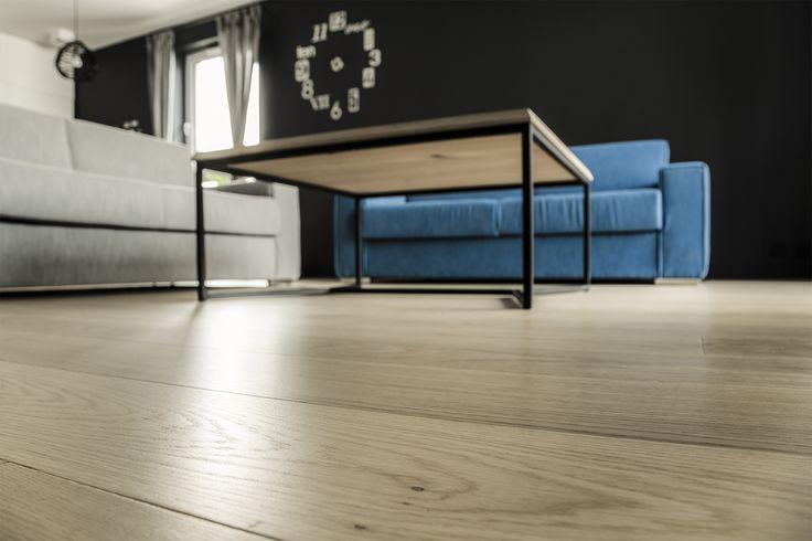 Nowoczesne wnętrza kochają naturalne drewno. Na podłodze  deska Dąb Natur marki Scheucher. Podłoga z 4-stronną fazą została wykończona matowym lakierem.